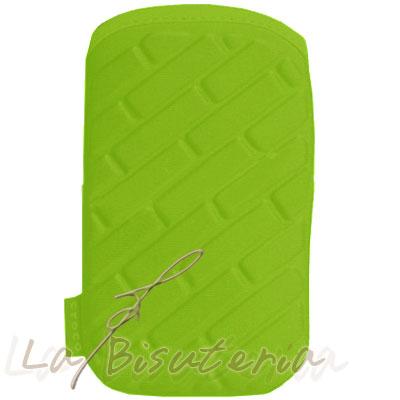detalle funda móvil en relieve cuadritos verde